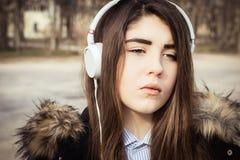 Cierre al aire libre encima del retrato de un adolescente bonito Fotografía de archivo libre de regalías