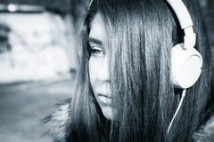 Cierre al aire libre encima del retrato de un adolescente bonito Imagen de archivo