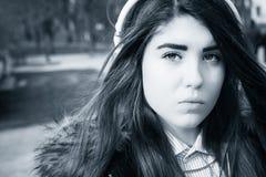 Cierre al aire libre encima del retrato de un adolescente bonito Foto de archivo
