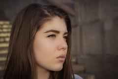 Cierre al aire libre encima del retrato en perfil de un adolescente bonito Imágenes de archivo libres de regalías