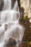 Cierre alpestre de la cascada para arriba foto de archivo libre de regalías