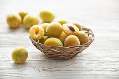 Cierre amarillo de la fruta de los ciruelos para arriba Fotos de archivo libres de regalías