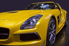 Cierre amarillo del coche de deportes para arriba fotografía de archivo