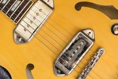 Cierre amarillo del cuerpo de la guitarra para arriba Foto de archivo libre de regalías
