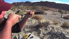 CIERRE americano del fuego de la prueba del rifle de la acción de la palanca ENCIMA de SLO almacen de metraje de vídeo