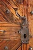Cierre antiguo en puerta de madera hermosa fotografía de archivo