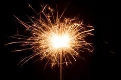 Cierre ardiente de la bengala del Año Nuevo para arriba en fondo negro Imagenes de archivo