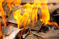 Cierre ardiente del fuego de madera encima del extracto Fotografía de archivo libre de regalías