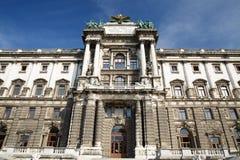 Cierre arquitectónico para arriba de la fachada del museo de la etnología en B imagen de archivo