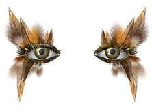 Cierre artístico del maquillaje de la pluma del ojo fotorrealista para arriba