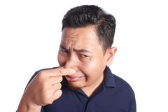 Cierre asiático del hombre el suyo enfermo de la nariz del mún olor fotografía de archivo libre de regalías