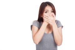 Cierre asiático joven de la mujer su boca Imagenes de archivo