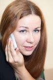 Cierre atractivo de la mujer para arriba con el teléfono Fotografía de archivo libre de regalías