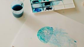 Cierre azul de la macro del pintor de la acuarela para arriba en el fondo blanco metrajes