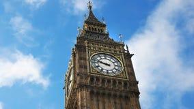 Cierre bajo para arriba de Big Ben en Londres metrajes
