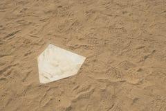Cierre blanco de la base de orígen del campo del diamante del softaball del béisbol para arriba imagen de archivo