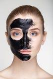 Cierre blanco del fondo de la máscara del negro de la salud del cuidado de piel de la mujer del retrato de la belleza para arriba Fotografía de archivo libre de regalías
