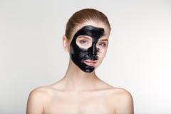 Cierre blanco del fondo de la máscara del negro de la salud del cuidado de piel de la mujer del retrato de la belleza para arriba Imagen de archivo