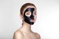Cierre blanco del fondo de la máscara del negro de la salud del cuidado de piel de la mujer del retrato de la belleza para arriba Foto de archivo libre de regalías