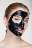 Cierre blanco del fondo de la máscara del negro de la salud del cuidado de piel de la mujer del retrato de la belleza para arriba Fotografía de archivo