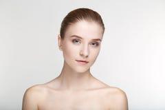Cierre blanco del fondo de la máscara del negro de la salud del cuidado de piel de la mujer del retrato de la belleza para arriba Imagen de archivo libre de regalías