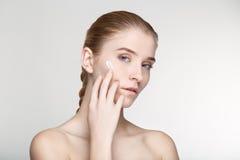 Cierre blanco del fondo de la salud del cuidado de piel de la mujer del retrato de la belleza para arriba Imágenes de archivo libres de regalías