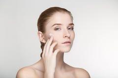 Cierre blanco del fondo de la salud del cuidado de piel de la mujer del retrato de la belleza para arriba Imagen de archivo