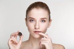Cierre blanco del fondo de la salud del cuidado de piel de la mujer del retrato de la belleza para arriba Fotografía de archivo libre de regalías