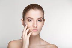 Cierre blanco del fondo de la salud del cuidado de piel de la mujer del retrato de la belleza para arriba Fotos de archivo