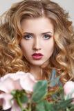 Cierre blanco del peinado del fondo de la mujer de la belleza para arriba con la flor Fotografía de archivo