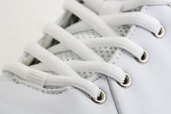 Cierre blanco del zapato para arriba fotografía de archivo