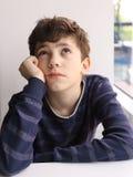 Cierre blanco europeo de pensamiento adolescente del muchacho encima de la foto Imagen de archivo