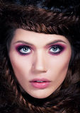 Cierre brown-haired joven hermoso de la mujer para arriba Fotos de archivo