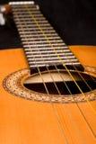 Cierre clásico de la guitarra para arriba en obscuridad Foto de archivo libre de regalías