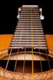 Cierre clásico de la guitarra para arriba en obscuridad Fotografía de archivo libre de regalías