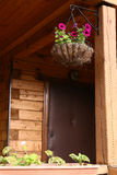 Cierre colgado de mimbre de la cesta de la flor encima de la foto Fotografía de archivo