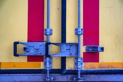 Cierre colorido del matel en puertas de atrás del camión imagen de archivo libre de regalías