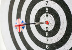 Cierre colorido del tablero de dardos para arriba con las flechas en la diana Indicador fotografía de archivo