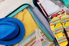 Cierre completo abierto de la maleta para arriba Imagen de archivo