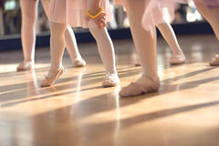 Cierre creativo del ballet encima de los pies de las niñas en clase del ballet Fotos de archivo