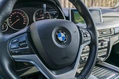 Cierre de BMW X5 2018 para arriba del volante y del tablero de instrumentos detalles modernos del interior del coche Detalle del  foto de archivo libre de regalías
