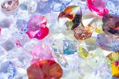 Cierre de cristal del coraz?n para arriba en un fondo gris Primer imágenes de archivo libres de regalías