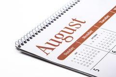 Cierre de escritorio de agosto del calendario para arriba en el fondo blanco Foto de archivo