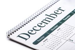 Cierre de escritorio de diciembre del calendario para arriba en el fondo blanco Foto de archivo