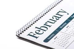 Cierre de escritorio de febrero del calendario para arriba en el fondo blanco Fotos de archivo