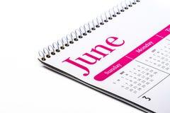 Cierre de escritorio de junio del calendario para arriba en el fondo blanco Foto de archivo