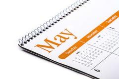 Cierre de escritorio de mayo del calendario para arriba en el fondo blanco Foto de archivo