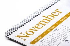 Cierre de escritorio de noviembre del calendario para arriba en el fondo blanco Imagen de archivo
