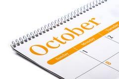 Cierre de escritorio de octubre del calendario para arriba en el fondo blanco Imagen de archivo