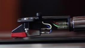 Cierre de giro de registro del brazo de tono de la placa giratoria del lp del vinilo para arriba almacen de metraje de vídeo